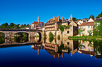 France, Indre (36), Argenton-sur-Creuse, maisons en bord de Creuse et la chapelle St Benoit, Vieux Pont // France, Indre (36), Argenton-sur-Creuse, old houses on the river bank Creuse, St Benoit chapel, Old bridge