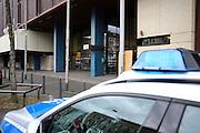Mannheim. 01.03.17 | BILD- ID 124 |<br /> Unter hohe Sicherheitsvorkehrungen beginnt heute morgen am Landgericht der Prozess gegen einen 57-j&auml;hrigem Mann aus der T&uuml;rkei. Die Staatsanwaltschaft wirft ihm versuchten Mord vor. Er soll im Juni vergangenen Jahres in der Fahrlachstra&szlig;e f&uuml;nf Sch&uuml;sse auf einen Landsmann abgegeben haben. Die Hinterr&uuml;nde der Tat sind bisher weithin ungekl&auml;rt. Es k&ouml;nnten aber politische Interessen eine Rolle spielen. Der Mann auf den geschossen worden war, tritt bei dem Prozess als Nebenkl&auml;ger auf. Er soll ein Anh&auml;ner des t&uuml;rkischen Ministerpr&auml;sidenten Recep Tayyip Erdoğan sein. Der Angeklagte, so beschreibt es sein Verteidiger Stefan Alleier, geh&ouml;re keiner politischen Gruppierung an, er sei aber am Tattag nach Deutschland gereist, um einen Streit zwischen zerstrittenen Parteien zu schlichten. Geschossen habe sein Mandant erst dann, als er von seinem Gegen&uuml;ber angegriffen worden sei.<br /> Nach der Verlesung der Anklage durch die Staatsanwaltschaft, m&ouml;chte sich der Angeklagte mit einer ausf&uuml;hrlichen Erkl&auml;rung zum Tathergang &auml;u&szlig;ern. Der Beginn des Prozesses ist um 9 Uhr geplant.<br /> Bild: Markus Prosswitz 01MAR17 / masterpress (Bild ist honorarpflichtig - No Model Release!)