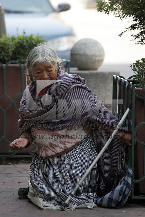 Toluca, Mex.- Aspecto de una se&ntilde;ora pidiendo limosna en una de las calles cercanas al primer cuadro de la ciudad. Agencia MVT / Javier Rodriguez. (DIGITAL)<br /> <br /> <br /> <br /> NO ARCHIVAR - NO ARCHIVE