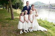 Bruiloft Rob Geus en Suzanne Ozek op Kasteel de Hoogenweerth in Maastricht<br /> <br /> Op de foto:  Rob Geus met zijn partner Suzanne Ozek en zijn dochter  plus bruidsmeisjes