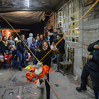 San Mateo Atenco, México.- Integrantes de la familia Alcantara festejan las posadas de manera tradicional en la vispera de la navidad, cantan por las calles y pasean a los peregrinos, despues rompen piñatas y ofrecen de comer a sus vecinos. Agencia MVT / Mario Vázquez de la Torre.