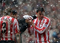 Photo: Jed Wee.<br />Sunderland v Fulham. The Barclays Premiership. 08/04/2006.<br />Sunderland's Rory Delap (R) gets attention for a bloodied nose.