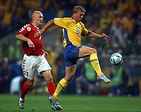 Fotball<br /> Euro 2004<br /> Portugal<br /> 22. juni 2004<br /> Foto: Dppi/Digitalsport<br /> NORWAY ONLY<br /> Gruppe C<br /> Sverige v Danmark 2-2<br /> MARCUS ALLBACK (SWE) / THOMAS GRAVESEN (DEN)