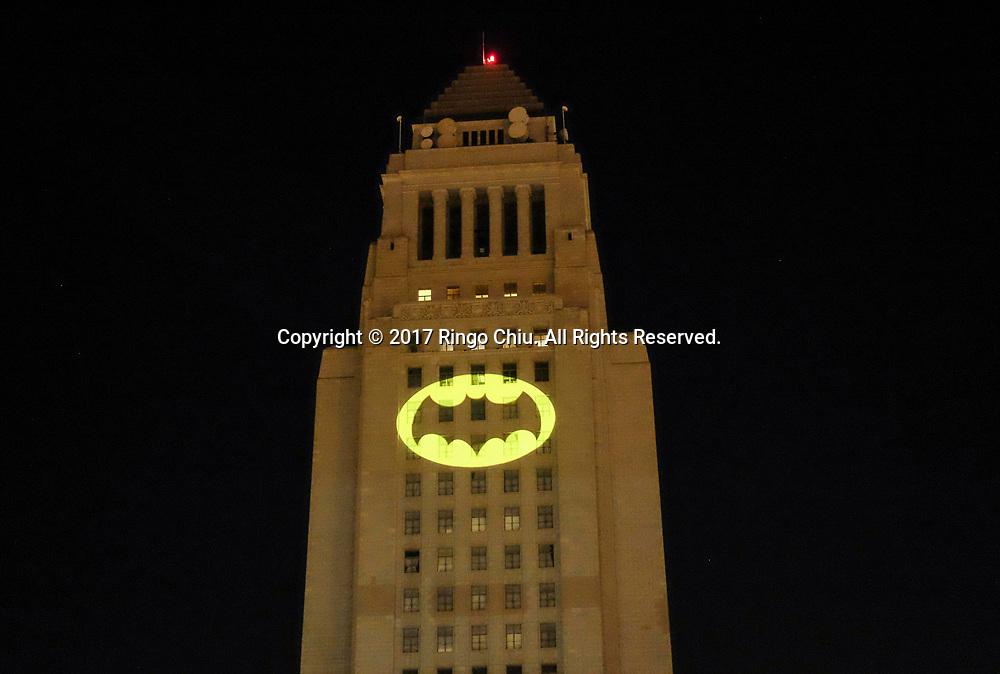 6月15日,美国洛杉矶市中心,蝙蝠信号被投射到洛杉矶市政厅大楼外。当晚,为纪念&ldquo;蝙蝠侠&rdquo;演员亚当&middot;西斯,洛杉矶市政厅把蝙蝠信号投射到洛杉矶市政厅大楼外。新华社发 (赵汉荣摄)<br /> The Bat-signal is projected onto Los Angles City Hall during a tribute of &quot;Batman&quot; actor Adam West in Los Angeles, the United States, June15, 2017. (Xinhua/Zhao Hanrong)(Photo by Ringo Chiu)<br /> <br /> Usage Notes: This content is intended for editorial use only. For other uses, additional clearances may be required.