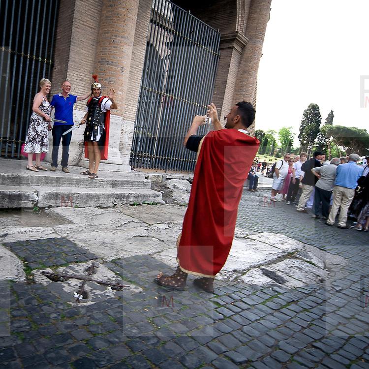 Comparse vestite da Centurione a Roma<br /> <br /> Actors with centurion dresses close at Coliseum in Rome