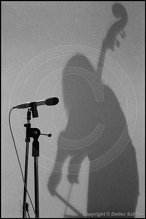 Berlin, DEU, 01.04.1992: Jazz Music , Joelle Leandre, bass, Jazz, Musikerin, musician, Peter Edel Club, Berlin, Berlin, 01.04.1992 ( Keywords: Musiker ; Musician ; Musik ; Music ; Jazz ; Jazz ; Kultur ; Culture ) ,  [ Photo-copyright: Detlev Schilke, Postfach 350802, 10217 Berlin, Germany, Mobile: +49 170 3110119, photo@detschilke.de, www.detschilke.de - Jegliche Nutzung nur gegen Honorar nach MFM, Urhebernachweis nach Par. 13 UrhG und Belegexemplare. Only editorial use, advertising after agreement! Eventuell notwendige Einholung von Rechten Dritter wird nicht zugesichert, falls nicht anders vermerkt. No Model Release! No Property Release! AGB/TERMS: http://www.detschilke.de/terms.html ]