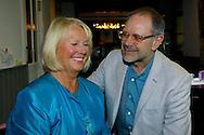 HAARZUILENS - In restaurant 't Wapen werd de DVD box gepresenteerd van 'Kunt u me de weg naar Hamelen vertellen, meneer?'. Met op de foto  Rob de Nijs en Loeki Knol. FOTO LEVIN DEN BOER - PERSFOTO.NU