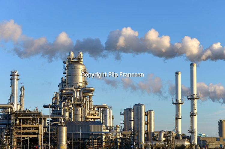 Nederland, Rotterdam, 28-1-2016 Raffinaderij, olieverwerkende industrie, een terrein met opslagtanks voor olie. Rotterdam is in Europa de grootste importhaven en een van de grootste ter wereld voor overslag en raffinage van ruwe olie. De aangevoerde olie wordt voor ongeveer de helft gebruikt door raffinaderijen van Shell, BP, Esso, Exxon Mobil, Kuwait Petroleum, en Koch. De rest wordt per pijpleiding naar Vlissingen, Belgie en Duitsland overgeslagen.Foto: Flip Franssen/HH