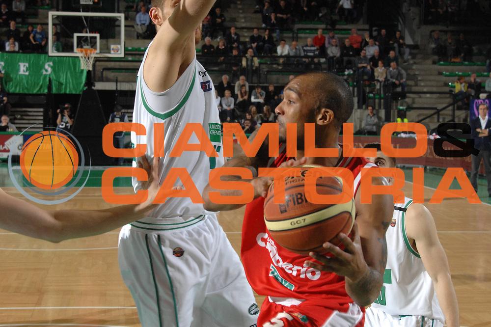 DESCRIZIONE : Treviso Lega A 2011-12 Benetton Basket Treviso Cimberio Varese<br /> GIOCATORE : phil goss<br /> CATEGORIA :  passaggio<br /> SQUADRA : Benetton Basket Treviso Cimberio Varese<br /> EVENTO : Campionato Lega A 2011-2012<br /> GARA : Benetton Basket Treviso Cimberio Varese<br /> DATA : 25/04/2012<br /> SPORT : Pallacanestro<br /> AUTORE : Agenzia Ciamillo-Castoria/M.Gregolin<br /> Galleria : Lega Basket A 2011-2012<br /> Fotonotizia :  Treviso Lega A 2011-12 Benetton Basket Treviso Cimberio Varese<br /> Predefinita :