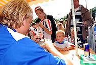 23-08-2008 VOETBAL:WILLEM II:OPENDAG:TILBURG<br /> De handtekening van Frank Demouge op de bal voor deze kleine supporter<br /> Foto: Geert van Erven