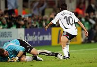 1:0 Tor Oliver Neuville, links Torwart Artur Boruc Polen<br /> Fussball WM 2006 Deutschland - Polen<br /> Tyskland - Polen<br /> Norway only