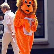 NLD/Laren/20060610 - Oranje leeuw loopt tussen de winkelende mensen in Laren