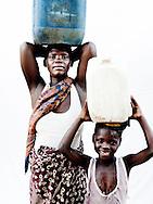 Syv hunderede mennesker d&oslash;de og vandet fordrev 650.000 mennesker fra deres hjem og p&aring;virkede en fjerdedel af landets befolkning. 140 tusinde hektar landbrugsjord blev smadret og 350.000 stykker kv&aelig;g forsvandt med str&oslash;mmen. I den lille by udenfor Chokwe har kvinderne besluttet, at tage kampen op mod hiv, malaria, fattigdom, den tilbagevendende t&oslash;rke og andre katastrofer. De st&aring;r alene med problemerne og deres b&oslash;rn g&aring;r stadig sultne i seng. M&aelig;ndene er langt v&aelig;k, og arbejder i minerne i nabolandet Sydafrika og kommer kun sj&aelig;ldent hjem. S&aring; kvinderne er n&oslash;dt til at klarer hverdagen og de st&aring;r klar med paraderne oppe, med god grund, for Mozambique er et af de afrikanske lande, der bliver ramt h&aring;rdest af klimaforandringer. Hvert &aring;r bliver landet ramt af klimarelaterede katastrofer som t&oslash;rke, flere og voldsommere oversv&oslash;mmelser og cykloner har &aelig;ndret situationen drastisk. Effekterne af katastroferne bliver forst&aelig;rket, fordi landet i forvejen er sv&aelig;kket af fattigdom, f&oslash;devareusikkerhed og sygdom. Og kvinderne m&aring; rejse sig igen og igen. For deres egen skyld. Og for deres b&oslash;rns fremtid. <br /> <br /> Anna Mwalanis (28 &aring;r) liv ligner mange andre afrikanske kvinders. Hun synes selv, det er et h&aring;rdt liv. Alene opgaven med at hente vand optager en stor del af hendes hverdag og hendes mand hj&aelig;lper ikke. Men det barske liv har ikke dr&aelig;bt hendes dr&oslash;mme og hun tror selv p&aring;, at et lille microl&aring;n kunne skubbe hende i den rigtige retning.