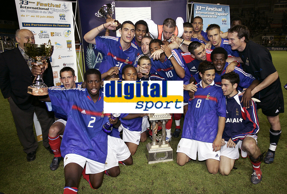 FOOTBALL - UNDER 21 TOULON TOURNAMENT 2005 - FINAL - FRANCE v PORTUGAL - 10/06/2005 - FRENCH CELEBRATION WITH THE TROPHY AFTER THE FINAL VICTORY<br />