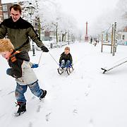 Nederland Rotterdam 21 december 2007 ..Kinderen spelen in de sneeuw op het Noordereiland. Vader met zoons spelen met slee..Foto David Rozing