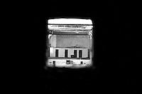 Questo che si vede, è il foro dove fuoriusciva il fascio luminoso del proiettore. Quest'ultimo era sistemato in questo piccolo sgabuzzino. La foto è stata scattata nel vecchio ed abbandonato cinema Massimo di Lizzano (Ta).