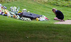 2015-07-07 Poingnant moments as flowers are laid at 7/7 memorial in Hyde Park