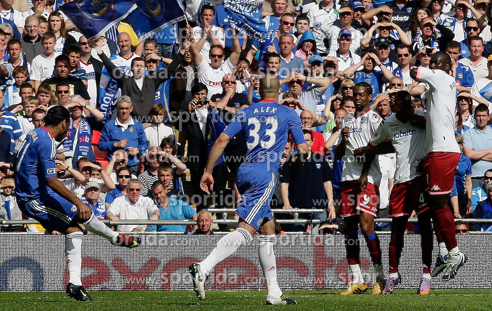 15.05.2010, Wembley Stadium, London, ENG, FA Cup Finale, Chelsea FC vs Portsmouth FC, im Bild Didier Drogba of Chelsea makes 1-0 and celebrates. EXPA Pictures © 2010, PhotoCredit: EXPA/ IPS/ Marcello Pozzetti / SPORTIDA PHOTO AGENCY