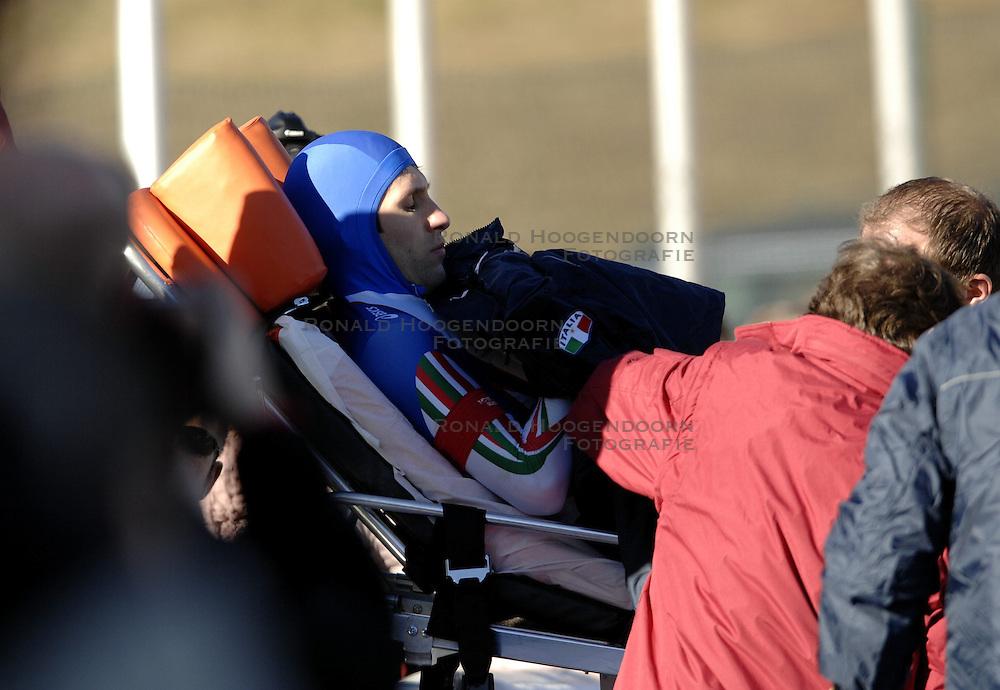 12-01-2007 SCHAATSEN: EUROPESE KAMPIOENSCHAPPEN: COLLALBO ITALIE <br /> Stefano Donagrandi ITA gaat op de 500 meter onderuit , val<br /> &copy;2007-WWW.FOTOHOOGENDOORN.NL