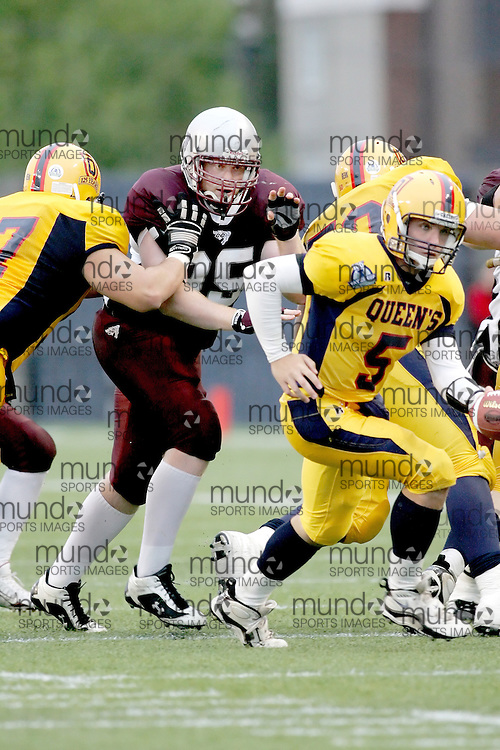 (06/10/2007--Ottawa) University of Ottawa Gees Gees men's football team defeating the Queen's University Golden Gaels 13-12. The player photographed in action is Bill Pritchard