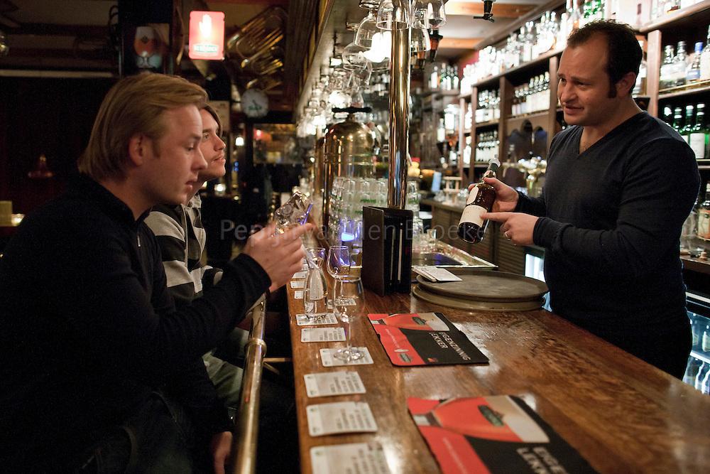 groningen 20101117. Maik van Heerd, eigenaar van De Toeter, die klanten bedient in zijn kroeg, die tot het beste whiskeycafe van Nederland is gekozen. foto Pepijn van den Broeke. kilometers: 7