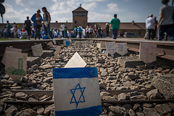 "12.04.2018, Konzentrationslager Auschwitz, Oswiecim, POL, ""March of the living"" am Weg aus dem ehemaligen deutschen Nazi-Todeslager Auschwitz I nach Auschwitz II - Birkenau, im Bild ein Schild mit einem Davidsstern vor dem Lager// during the 'March of the Living' from the former German Nazi death camp Auschwitz I to Auschwitz II - Birkenau at the concentration camp in Oswiecim, Poland on 2018/04/12. EXPA Pictures © 2018, PhotoCredit: EXPA/ Florian Schroetter"