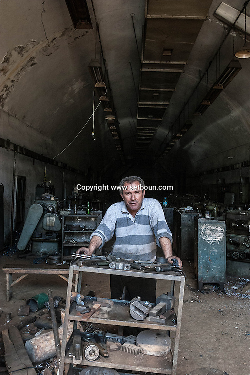 Albania. Tirana. PETRIT BARDHI WORKING IN THE FORMER ENVER HOXHA  FATORY SINCE 35 YEARS, IN A TUNNEL ..      Albania   / ATELIER DE MECANIQUE PRIVATISE DANS LES TUNNELS STRATEGIQUES DE l'ancien combinat Enver Hoxha, MR PETRIT BARDHI  Tirana  Albanie  / // / L0009435