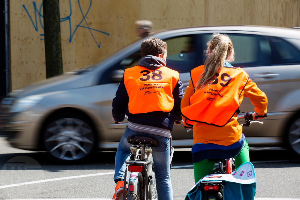 In Zeist  zijn leerlingen van een basisschool bezig met de praktijk van het verkeersexamen. Het examen is onderdeel van de verkeerseducatie voor basisschoolleerlingen. Tijdens de verkeerslessen worden de jongeren de regels van het verkeer bijgebracht en getoetst. Daardoor zijn de kinderen beter voorbereid op verkeersdeelname, met name met de fiets.<br /> <br /> In Zeist pupils of an elementary school engaged in the practice of traffic exam. The exam is part of the road safety education for elementary school students. During the traffic classes, pupils are taught the rules of traffic and tested. As a result, the children are better prepared for driving in traffic, especially with the bicycle.