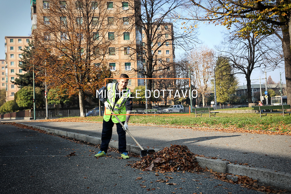 giovane Rom che lavora alla manutenzione dei giardini <br /> <br /> Parrocchia San Giovanni Cafasso, in borgo Vittoria. Periferia Torino nord