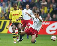 Fotball. 23. oktober 2004, <br /> Bundesliga <br /> Borussia Dortmund - Hamburger SV<br /> v.l. Sunday OLISEH, Naohiro TAKAHARA HSV