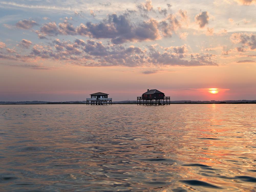 BASSIN D'ARCACHON - Coucher de soleil aux cabanes tchanquées à marée haute