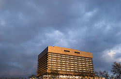 THEMENBILD - Allgemeines Krankenhaus Wien (AKH) im letzten Abendlicht. Aufgenommen am 14.04.2016 in Wien, Österreich // General Hospital in Vienna. Austria on 2016/04/14. EXPA Pictures © 2016, PhotoCredit: EXPA/ Michael Gruber