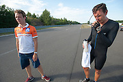 Wil Baselmans praat met trainer Jeroen na zijn sprint met tegenvallend resultaat. In Schipkau doet het Human Power Team Delft en Amsterdam met fietser Wil Baselmans een poging het laagland sprintrecord te verbreken met de VeloX3. In september wil het team, dat bestaat uit studenten van de TU Delft en de VU Amsterdam, een poging doen het wereldrecord snelfietsen te verbreken, dat nu op 133 km/h staat tijdens de World Human Powered Speed Challenge.<br /> <br /> Wil Baselmans is talking to trainer Jeroen after his sprint with a disappointing speed. At the Dekra test track in Lausitz the Human Power Team Delft and Amsterdam tries with rider Wil Baselmans  to set a new lowland sprint record on a bicycle. With the special recumbent bike the team, consisting of students of the TU Delft and the VU Amsterdam, also wants to set a new world record cycling in September at the World Human Powered Speed Challenge. The current speed record is 133 km/h.