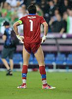 FUSSBALL  EUROPAMEISTERSCHAFT 2012   VORRUNDE Italien - Irland                       18.06.2012 Torwart Gianluigi Buffon (Italien) laesst die Hose hoch