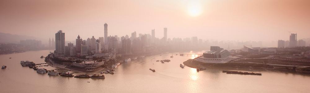 """Chongqing - 7 Gennaio 2011: abbracciata dai fiumi Yangtze e Jialing che rendono la sua posizione così strategica, è anche conosciuta come """"città della nebbia"""" con 68 giorni di nebbia in media ogni anno.  Chongqing - January 7, 2011: embraced by the Yangtze and Jialing rivers that make his position so strategic, the city is also known as """"Fog City"""" with an average of 68 days of fog a year."""