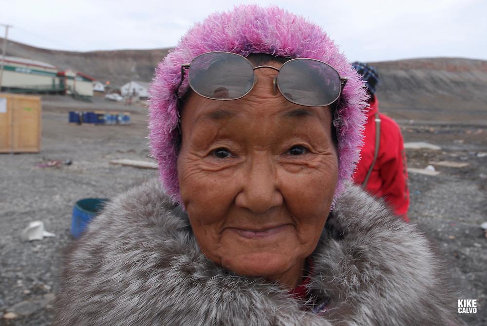 Inuit family. Coastal Inuit community of Arctic Bay. Lancaster Sound. HIgh Arctic. Baffin Island..