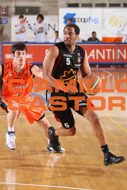 DESCRIZIONE : Udine Lega A 2008-09 Snaidero Udine Solsonica Rieti <br /> GIOCATORE : jerry green <br /> SQUADRA : Solsonica Rieti <br /> EVENTO : Campionato Lega A 2008-2009 <br /> GARA : Snaidero Udine Solsonica Rieti <br /> DATA : 10/05/2009 <br /> CATEGORIA : penetrazione <br /> SPORT : Pallacanestro <br /> AUTORE : Agenzia Ciamillo-Castoria/S.Silvestri