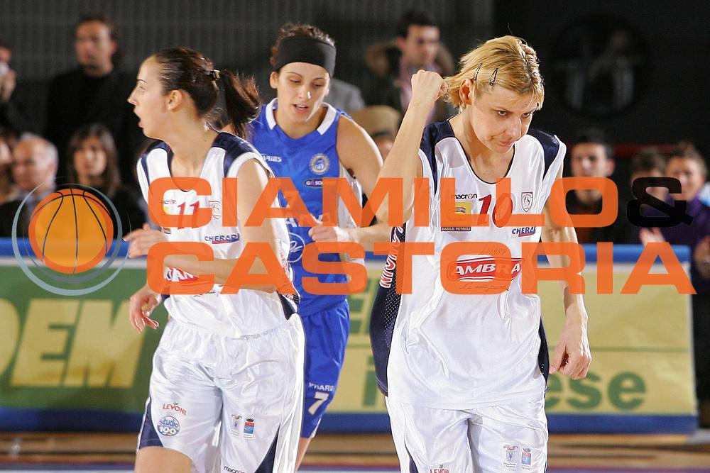 DESCRIZIONE : Taranto Coppa Italia Femminile 2006-07 Semifinale Phard Napoli Pasta Ambra Taranto <br /> GIOCATORE : Longin <br /> SQUADRA : Phard Napoli <br /> EVENTO : Coppa Italia Femminile 2006-2007 <br /> GARA : Phard Napoli Pasta Ambra Taranto <br /> DATA : 14/02/2007 <br /> CATEGORIA : Esultanza <br /> SPORT : Pallacanestro <br /> AUTORE : Agenzia Ciamillo-Castoria/S.Silvestri <br /> Galleria : Lega Basket Femminile 2006-2007 <br /> Fotonotizia : Taranto Coppa Italia Femminile 2006-2007 Semifinale Phard Napoli Pasta Ambra Taranto <br /> Predefinita :