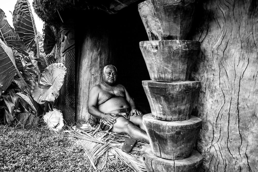NOUVELLE CALEDONIE, Pascal Sihaze - Grand chef de Hnathalo et senateur coutumier, portrait chez lui dans la case de Hnathalo - Lifou