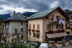 10-09-2017 FRA: BvdGF Tour du Mont Blanc day 1, Beaufort <br /> Vandaag vertrekken we vanuit Papendal in Arnhem naar naar het plaatsje Beaufort (nabij Chamonix) in Frankrijk / Onderzoek, sensor, diabetes, uitleg, meten