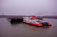 Duwschip De IJsbeer van van Veerhaven BV in de Dintelhaven in Rotterdam