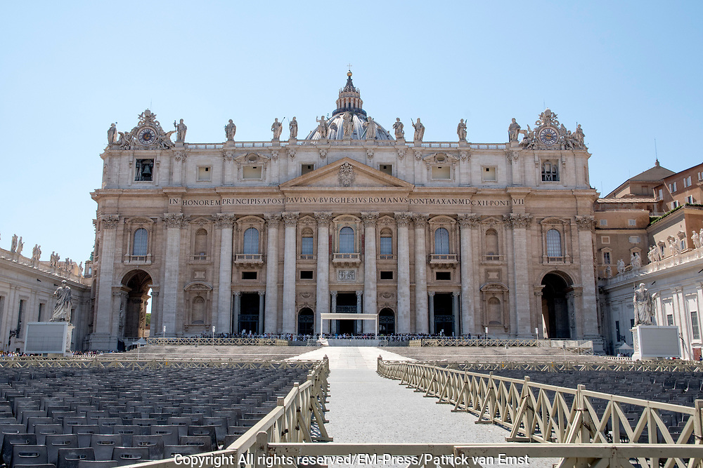 Vaticaanstad is de kleinste onafhankelijke staat ter wereld. Vaticaanstad wordt volkenrechtelijk vertegenwoordigd door de Heilige Stoel en huisvest de hoofdzetel van de Rooms-Katholieke Kerk. Staatshoofd van Vaticaanstad is de paus, die zijn offici&euml;le residentie heeft in het Apostolisch Paleis. <br /> <br /> Vatican City is the smallest independent state in the world. Vatican City is represented by the Holy See by law and houses the headquarters of the Roman Catholic Church. The head of state of Vatican City is the pope, which has its official residence in the Apostolic Palace.<br /> <br /> Op de foto / On the photo:  St. Peter's Basilica