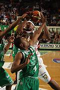 DESCRIZIONE : Treviso Lega A1 2006-07 Benetton Treviso Armani Jeans Milano<br /> GIOCATORE : Watson Rimbalzo Offensivo<br /> SQUADRA : Armani Jeans Milano<br /> EVENTO : Campionato Lega A1 2006-2007 <br /> GARA : Benetton Treviso Armani Jeans Milano<br /> DATA : 15/04/2007 <br /> CATEGORIA : Rimbalzo<br /> SPORT : Pallacanestro <br /> AUTORE : Agenzia Ciamillo-Castoria/M.Marchi
