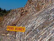 Pure honey in the middle of nowher! Publicity at roadside. Pur miel au milieu de nulpart, écrito au bord de la route, Samos. Reiner Honig, Schild am Strassenrand, Samos. © Romano P. Riedo