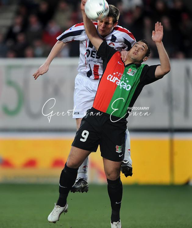21-03-09 Voetbal:NEC Nijmegen:Willem II:Nijmegen<br /> Jhonny van Beukering verliest het luchtduel van Bart Biemans<br /> Foto: Geert van Erven