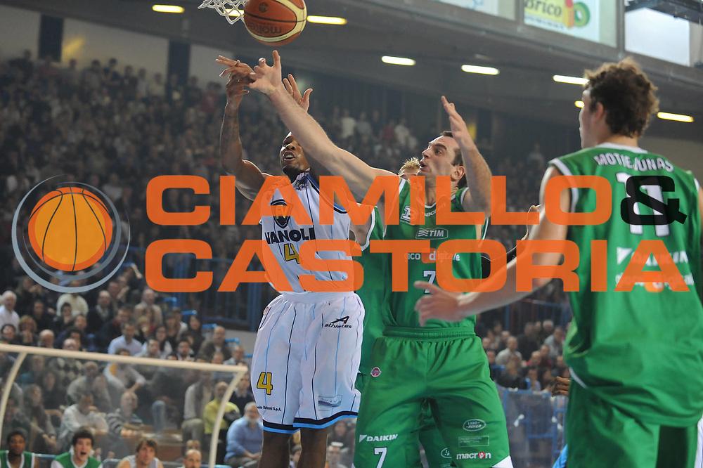 DESCRIZIONE : Cremona Lega A 2009-10 Vanoli Cremona Benetton Treviso<br /> GIOCATORE : EJ Rowland<br /> SQUADRA : Vanoli Cremona<br /> EVENTO : Campionato Lega A 2009-2010<br /> GARA : Vanoli Cremona Benetton Treviso<br /> DATA : 15/11/2009<br /> CATEGORIA : rimbalzo<br /> SPORT : Pallacanestro<br /> AUTORE : Agenzia Ciamillo-Castoria/M.Marchi<br /> Galleria : Lega Basket A 2009-2010 <br /> Fotonotizia : Cremona Campionato Italiano Lega A 2009-2010 Vanoli Cremona Benetton Treviso<br /> Predefinita :