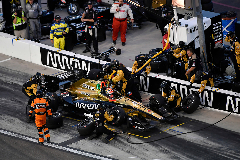Verizon IndyCar Series<br /> Desert Diamond West Valley Phoenix Grand Prix<br /> Phoenix Raceway, Avondale, AZ USA<br /> Saturday 29 April 2017<br /> James Hinchcliffe, Schmidt Peterson Motorsports Honda pit stop<br /> World Copyright: Scott R LePage<br /> LAT Images<br /> ref: Digital Image lepage-170429-phx-3448