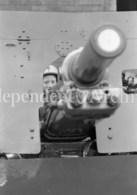58th Infantry Battalion UNIFIL at McKee Barracks that are off to the Lebanon on a Peacekeeping Mission, Kids playing with an Anti-Tank Gun, 16/10/1985 (Part of the Independent Newspapers Ireland/NLI Collection).