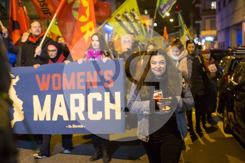 SCHWEIZ - ZÜRICH - Demo 'Trump not welcome!' organisiert von Bewegung für den Sozialismus BFS und BFS Jugend Zürich; hier Tamara Funiciello, Präsidentin JUSO Schweiz, vor dem Transparent 'Woman's March' auf der Ankerstrasse - 23. Januar 2018 © Raphael Hünerfauth - http://huenerfauth.ch