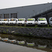 "Nederland Moordrecht 5 april 2009 20090405 Foto: David Rozing ...reusachtige reclame uiting mercedes dealer: lange rij bestelbusjes met daaarop de tekst "" nu extra voordeel "" Ivm de economische crisis is de auto verkoop moeizaam. ..Foto: David Rozing"